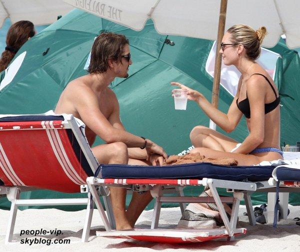Candice Swanepoel  et son petit copain Hermann Nicoli sur la plage de Miami, en Floride. Mercredi, 04 juillet