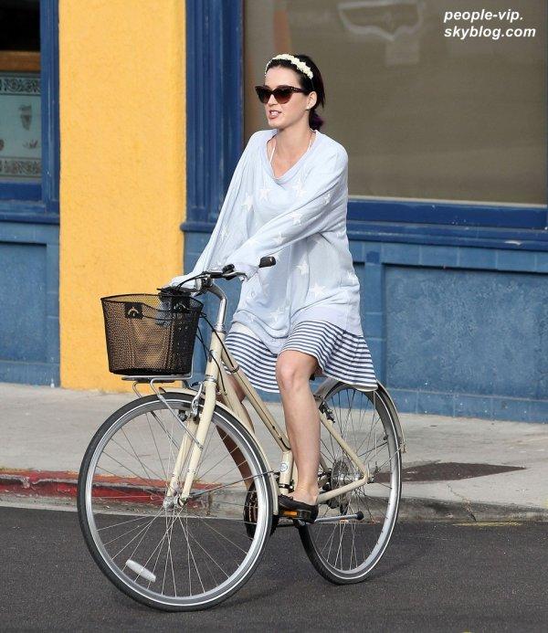 Katy Perry faisant du vélo à Venice Beach, en Californie. Mercredi, 04 juillet