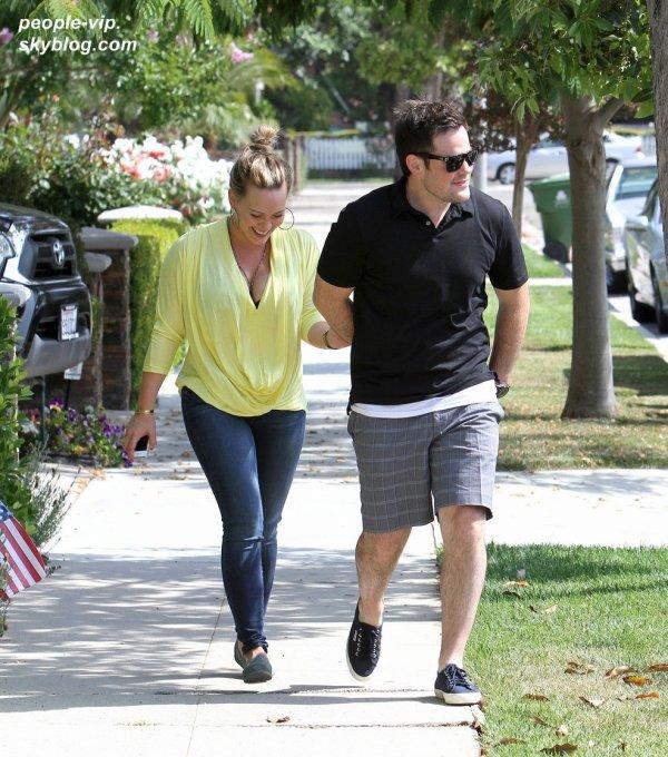 Hilary Duff tiens la main de son mari Mike Comrie en se dirigeant vers la maison de sa grande soeur Haylie à Los Angeles. Mercredi, 04 juillet