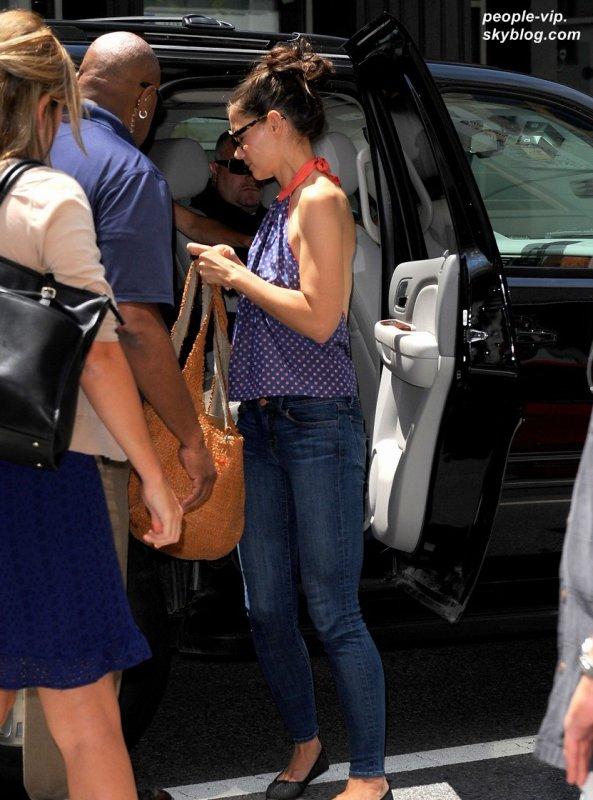 Katie Holmes, sa fille Suri et une de ses amies se rendant au musé à New York. Jeudi, 05 juillet