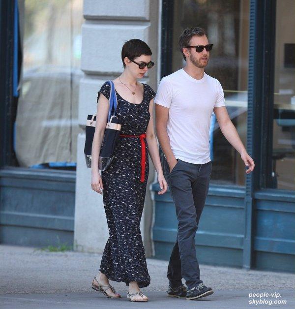 Anne Hathaway se rendant chez une amie à New York. Mercredi, 04 juillet
