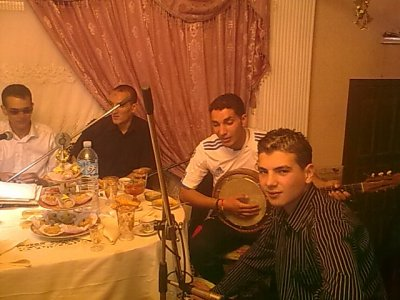 hadi soiré ta3 hna fi hna m3a group ta3 echa3bi li djawna men koléa zahawna yatihom essaha ( mariag ta3 hbibna farouk)