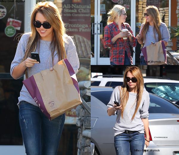 -      18 Novembre 2010 -      -----Candids-----  Miley est aller chez Panera Bread avec une amie à Studio City.  -  ----  Youtube  ---- Mileyraycyrus-france