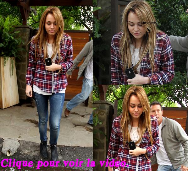 -      19 Novembre 2010 -      -----Candids-----  Miley se rendant à un cours de chant a Bevely Hills.  -  ----  Youtube  ---- Mileyraycyrus-france