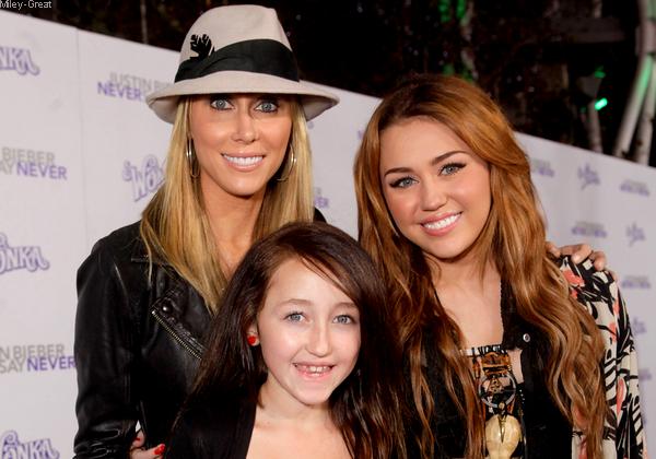 -      08 Février 2011 -      -----Sortie publique-----  Miley à l'avant-première du film Never Say Never de Justin Bieber.   -  ----  Youtube  ---- Mileyraycyrus-france