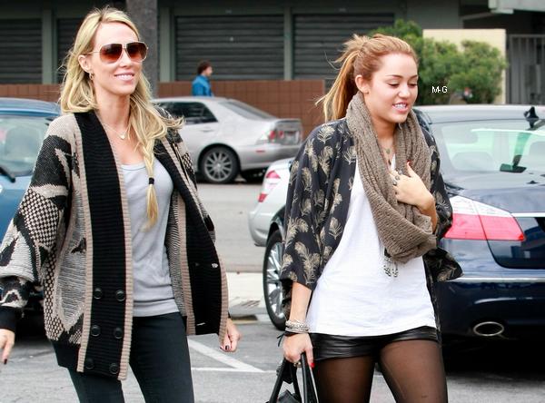 -      15 Février 2011 -      -----Candids-----  Miley à Burbank avec sa mère, elles sont allez chez Bea Bea's pour prendre leurs petit déjeuner.   -  ----  Youtube  ---- Mileyraycyrus-france