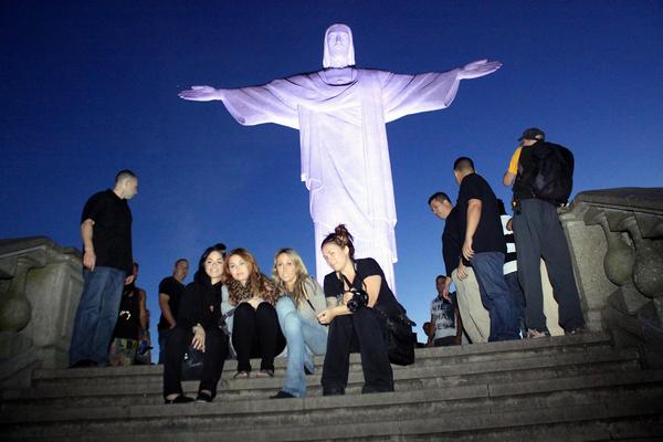 -      10 au 13 Mai 2011 -      -----Candids----- Miley & Tish à Rio de Janeiro - Brésil.   -  ----  Youtube  ---- Mileyraycyrus-france