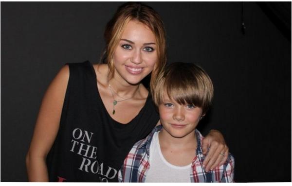 02.10.11 Photo personnelle et photos de fans. - On commence le mois d'octobre avec une photo personnelle de Miley dans les backstages des MTV Video Music Awards { Article } qui pose avec une autre célébrité (je n'arrive pas à reconnaître la personne). Et quelques fans chanceux ont pu la voir et prendre une photo à Nashville il y a quelques jours.