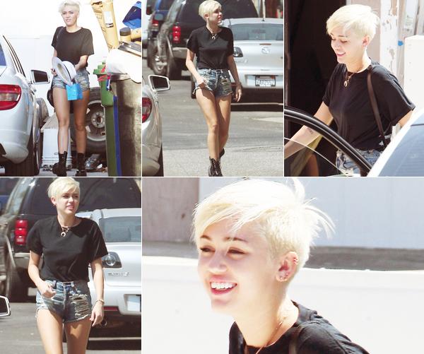 Le 30 août 2012 Miley dans les rues de Los Angeles avec son ami Vijat.  Elle est enfin de retour à LA. Elle a fait un photoshoot pour son nouveau site qui ouvrira en octobre. [Photos]   -