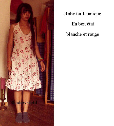 Robe blanche et rouge.
