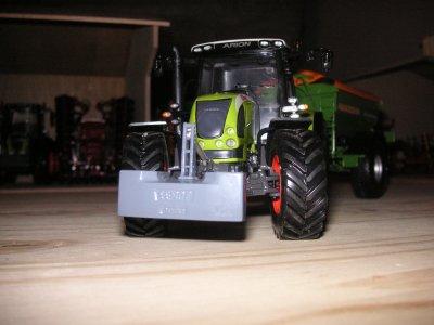 claas arion 640 (new design) et épandeur d'engrais amazone traîné