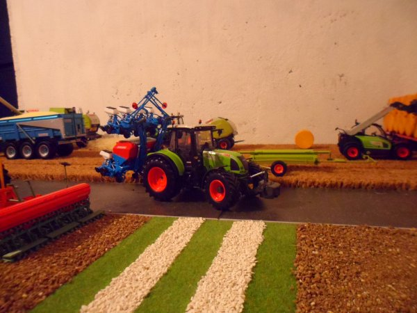 CLAAS Arion 640 et semoir MONOSEM 8 rangs