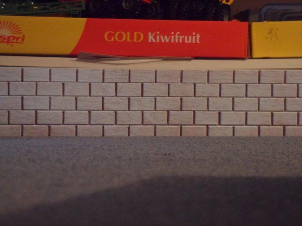 Pose du mur dans la ferme (fait artisanalement en bois puis peint en blanc)