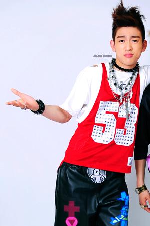FASHION MOMENT — Quand Jr. porte la même chose que Bom (2NE1) ! Après JB, qui affiche les mêmes chaussures que Woo, ou le même haut que CL, c'est au tour de Jr. de faire des siennes !