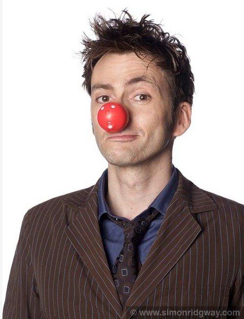 David Tennant invite les acteurs de théâtres et les acteurs de la scène pour prendre le Red Nose Bow
