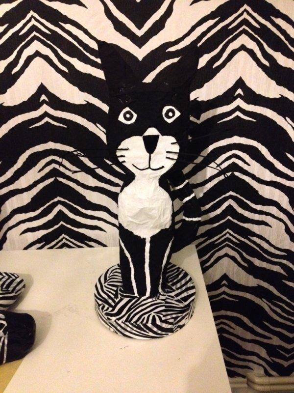 chat noir sur support zebré