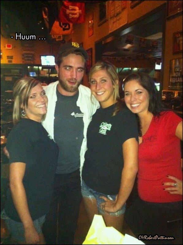 ____  07 Septembre 2010 | Non, non vous ne rêvez pas ! Robert était à Lubbock, dans le TEXAS ! ____  Donc voici des photos de fans prise dans un bar texan visiblement. Il était en compagnie de quelques amis, car apparemment il serait en train de faire un 'road trip'. Mais d'autres sources affirment  également qu'il part rejoindre sa chère et tendre, j'ai nommé : Kristen Stewart (of course) !  Bon sinon, côté du look : notre robert  a toujours sa barbe, et il n'aurait pas un peu grossit ? ... ! ___ Alors, votre avis ?  ____