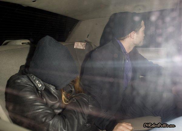 ____ 04 octobre 2010 | Rob et Kristen sortent d'un restaurant où ils ont dîné tous les deux ! ( En amoureux ?! ) ____