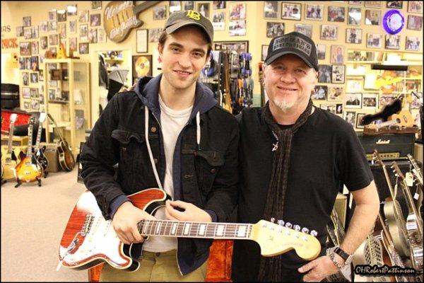 ____  27 Novembre 2010 | Rob était était au 'Norman 's Rare Guitars' pour s'acheter une nouvelle guitare !   ____