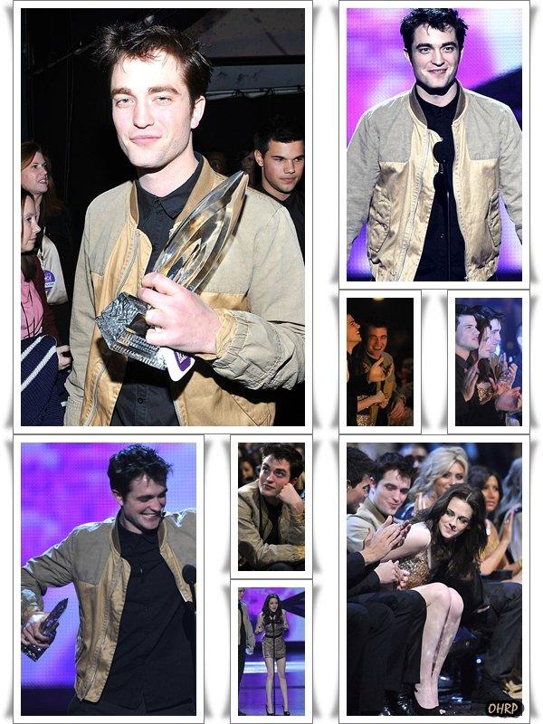 ____ 05 janvier 2011 | Robert, en compagnie de Kristen Stewart et Taylor Lautner, était au People Choice Awards !   ____ Et oui !  C'est officiellement la première sortie 2011 de notre chouchou anglais. Accompagné de ses co-stars d'ECLIPSE qui sont bien evidemment Kristen Stewart et Taylor Lautner, les prix n'ont cessé de pleuvoir lors de cette soirée pour récompenser ces trois brillants acteurs. Respectivement, ils ont reçu : - Le prix de Meilleure actrice pour Kristen. - Film préféré pour 'Eclipse'. - Casting préféré pour 'Eclipse'.- Meilleur film Dramatique pour 'Eclipse'. Sachant que Taylor Lautner et Robert Pattinson se sont vu voler le prix de 'Meilleur Acteur' par le non moins célèbre : Johnny Depp. Ainsi que le prix de 'Meilleur acteur(rice) de moins de 25ans' pour Rob et Kris, par : Zac Efron. ___ Qu'en pensez-vous ? ____