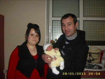mon fils avec son tonton et sa tata a la maternité