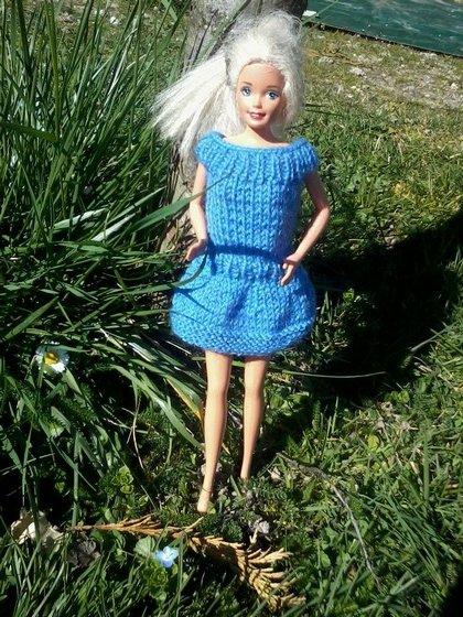 robe bleue pour poupée barbie.
