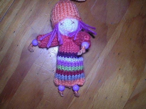 petites poupées tricot et perles.