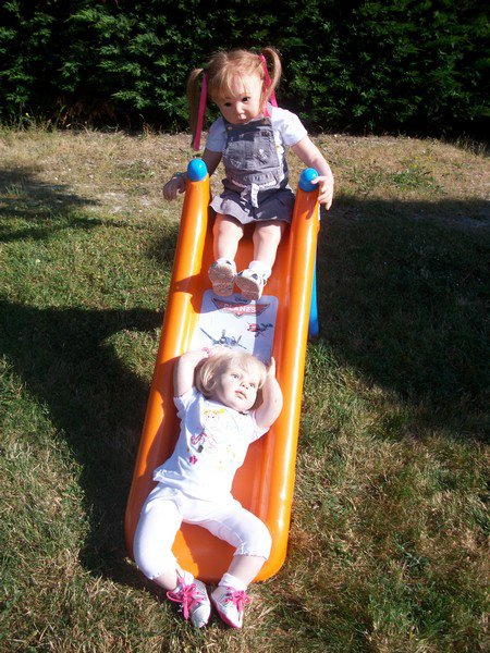 les filles jouent au toboggan.