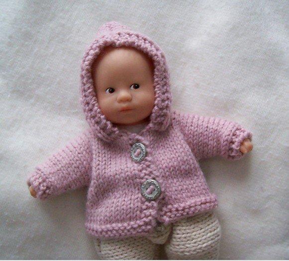 tuto tricot : un gilet à capuche pour un mini bébé corolle.