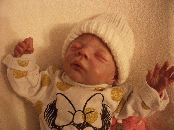bonnet rose bébé et petits noeuds.