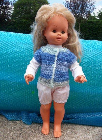 cardigan au crochet pour poupée.