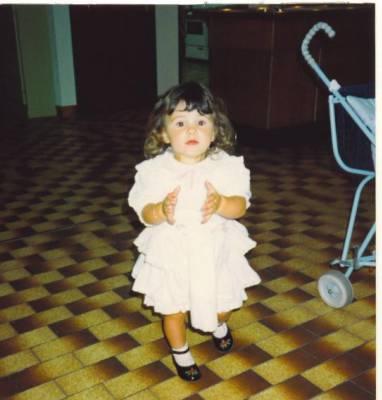 la petite fille aux cheveux frizés