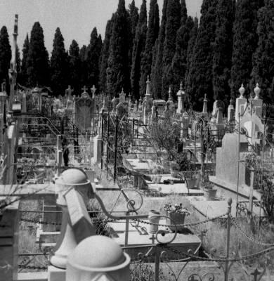 -'*'-.._..->Mort dans un cimetière