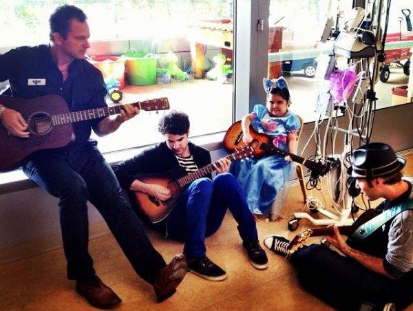 Darren rend visite aux enfant malades du 'UCLA Medical Center'