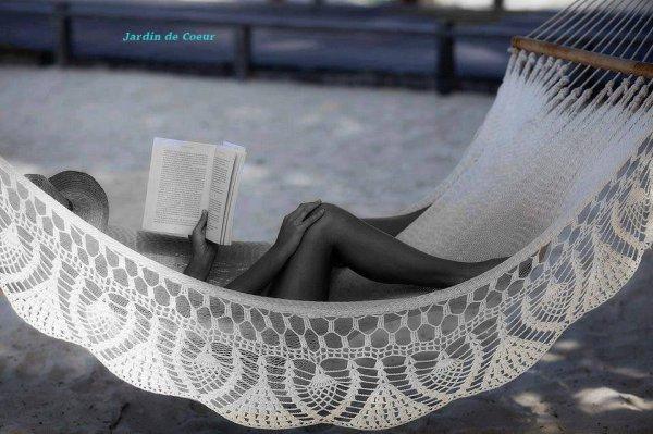 La vie peut être comparée à un livre.  Ainsi...ne saute aucun chapitre et continue à tourner les pages.