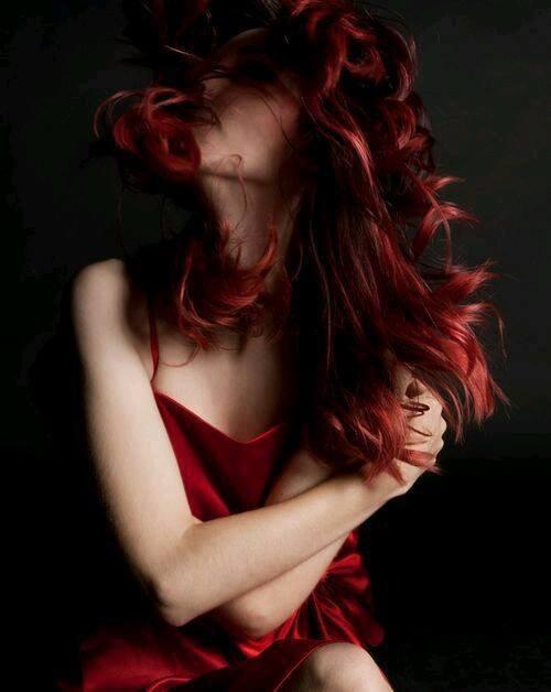 J'ai faim de tes cheveux, de ta voix, de ta bouche, Sans manger je vais par les rues, et je me tais,