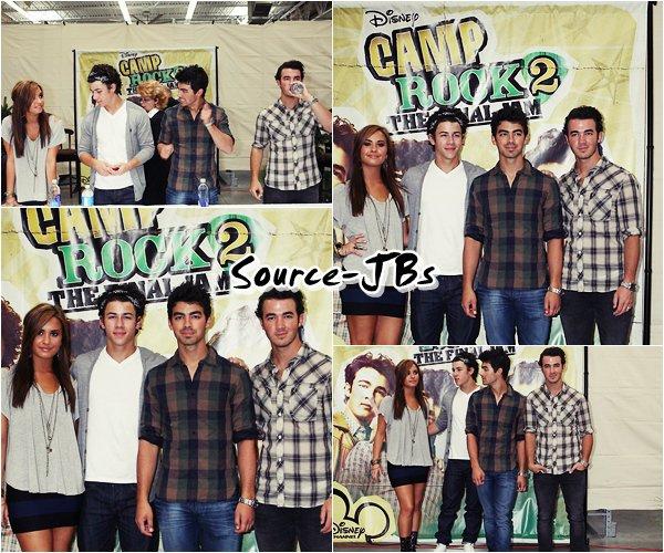 """- 01/09 : Les brothers, accompagnés de Demi à une __________02/09 :  Sortant du Building scéance de dédicasse """"Camp Rock 2 """" à Walmart!  _______________à Toronto ."""