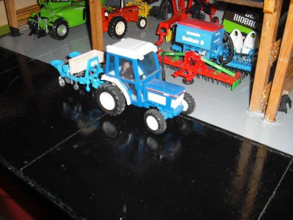 Le petit ford prêt à partir pour aller semer les pommes de terre