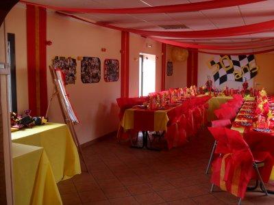 décoration rouge et jaune anniversaire 50 ans