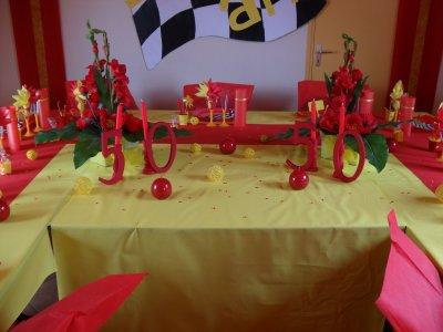 D coration rouge et jaune anniversaire 50 ans la d co de for Decoration 50 ans
