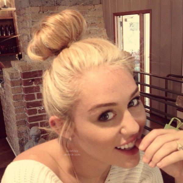 """Extrais """"LOL"""" (U.S.A) + Panique chez Miley + Nouvelle Photo + Photoshoot."""