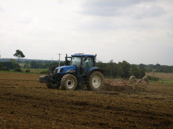 new holland TS125A sivis d'un cultivateur