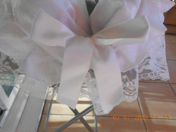 Nidoux blanc avec volant en dentelle