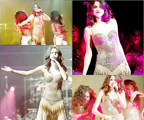 .  Hier, Selena G. a donné un concert à Chicago au Resomont Theatre. J'aime  sa robe !  .