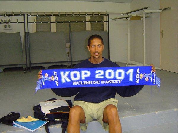 photo avec écharpe du kop 2001