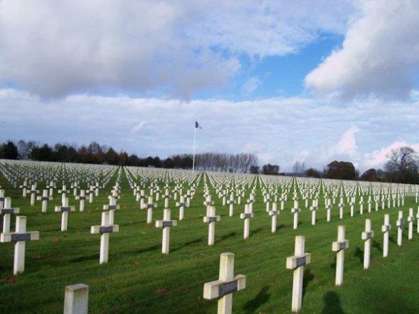 NECROPOLE NATIONALE DE LA TARGETTE A NEUVILLE -ST - VAAST : CONFLITS 1914 1918 ET 1939 1945