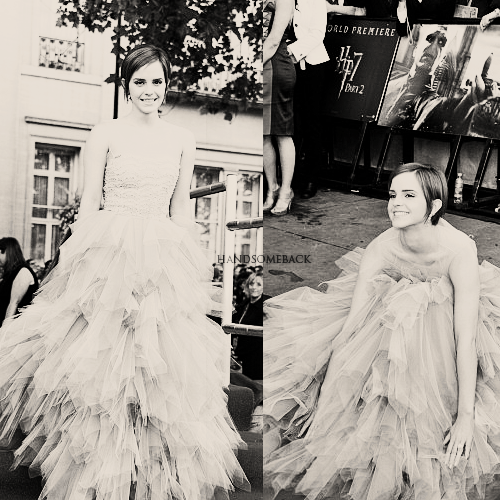 Photos de l'avant première d'Harry Potter et les reliques de la Mort partie II à Londres.  Elle s'amuse bien avec sa magnifique petite robe notre Emma!
