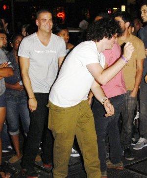 Mark Salling et Cory Montheith faisaient la fête, le samedi 16 juillet, à Los Angeles.