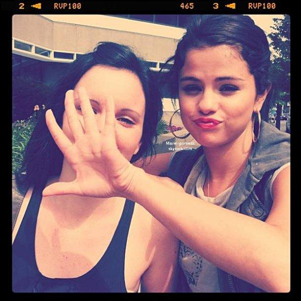 Découvre encore de nouvelles photos personnelles de Selena via Instagram en compagnie d'Ashley Cook et d'Alfredo Flores._______________« Je suis obsédée par Instagram... ♥ :) » SG