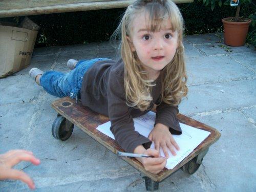 Lilia et la planche à roulette